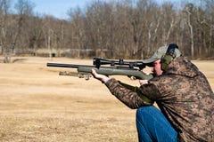 Mann-Schießen-Gewehr Stockbild