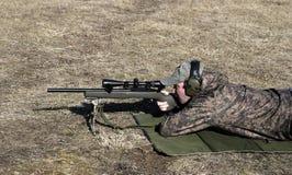 Mann-Schießen-Gewehr Lizenzfreie Stockfotos