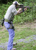 Mann-SchießenCarbine stockfotos