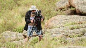 Mann schießt Landschaften stock video