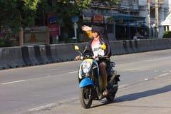 Mann schirmt Augen beim Fahren des Motorrads ab Stockfotografie