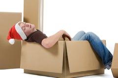 Mann schläft im Weihnachtspaket Stockfotografie