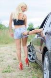 Mann schlägt den Esel des Mädchens Lizenzfreie Stockfotos