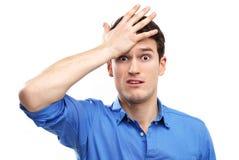 Mann schlägt sich auf Kopf Lizenzfreie Stockbilder