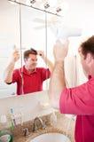 Mann-Schlag-trocknendes Haar im Badezimmer Stockbilder