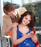 Mann schlagen Verbindung zum Mädchen vor. Lizenzfreie Stockfotos