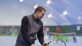 Mann schlug den Tennisball in slowmotion stock video footage