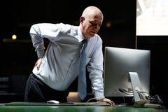 Mann, Schmerz an der unteren Rückseite lizenzfreie stockfotografie