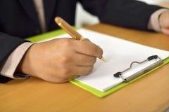 Mann-Schreiben auf leerem Papier stockfotografie