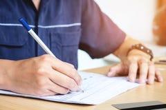 Mann-Schreibenszahlungen auf Schreibtischweinleseart Lizenzfreie Stockfotos