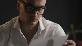 Mann schreibt Buch stock video
