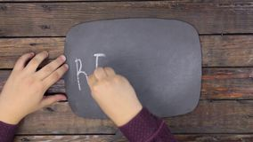 Mann schreibt das Wort KRÄUSELUNG mit Kreide auf eine Tafel, stilisiert als Gedanke stock video footage