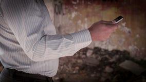 Mann schreibt den Text auf Mobile. ROHES Video stock video footage