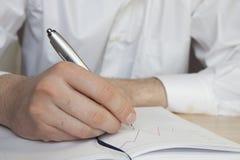 Mann schreibt, Geschäft Lizenzfreies Stockfoto