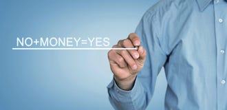 Mann schreibt No+Money=Yes-Text auf Schirm stockfotos