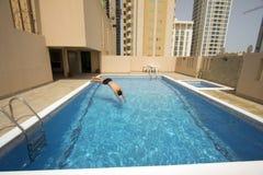 Mann-Schwimmen im Swimmingpool Lizenzfreie Stockfotografie
