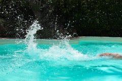 Mann-Schwimmen mit Wasser-Spritzen stockfoto