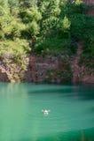 Mann schwimmt auf seinen zurück in die Seebucht Lizenzfreies Stockfoto