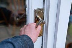 Mann sehen das Versuchen, eine erhaltende Tür an einem alten Häuschen zu öffnen lizenzfreie stockbilder