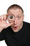 Mann sehen durch Vergrößerungsgla Lizenzfreie Stockfotos