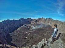 Mann Seiing ein Raungs-Krater lizenzfreie stockbilder