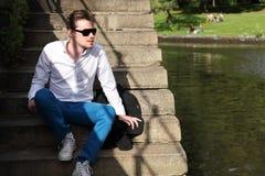 Mann in seinem 20s, das den Fluss betrachtet Lizenzfreie Stockfotos