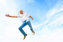 Mann in seinem 50s, das hoch springt Stockfoto