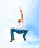 Mann in seinem 50s, das hoch springt Lizenzfreies Stockbild