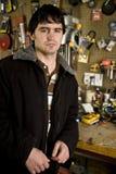 Mann in seiner Werkstatt Stockbild
