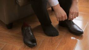 Mann setzt an Schuhe stock footage