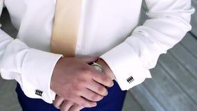 Mann setzt seine Hand auf die Uhr stock footage
