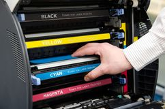 Mann setzt Toner in den Drucker ein Lizenzfreies Stockbild