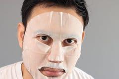 Mann setzte an Behandlungsmaske lizenzfreies stockbild