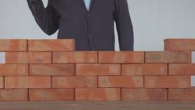 Mann setzte den Ziegelstein auf Backsteinmauer stock video footage