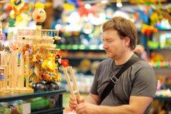 Mann am Shop von Spielwaren Lizenzfreie Stockbilder