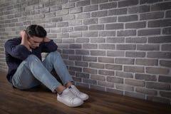 Mann sitzen und fühlen sich deprimiert Lizenzfreies Stockfoto