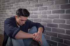 Mann sitzen und fühlen sich deprimiert Lizenzfreie Stockbilder