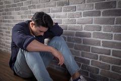 Mann sitzen und fühlen sich deprimiert Stockbilder