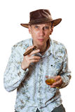 Mann sitzt mit Zigarre im Hut lizenzfreies stockbild