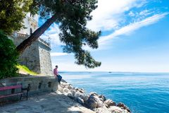 Mann sitzt nahe dem Miramare-Schloss in Italien Stockfoto
