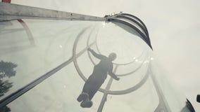 Mann Skydiver fliegt in Windkanal Fliegen in einen Windkanal Extremer Sport lizenzfreies stockbild