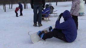 Mann Snowboard-Mädchenwinter stock video