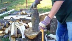 Mann spaltet Klotz für Brennholz auf stock video footage