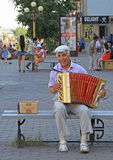 Mann spielt bayan im Freien in Ulan Ude, Russland Stockbilder