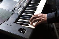 Mann spielt das Klavier mit seinen Händen lizenzfreies stockbild