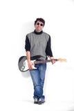 Mann spielt E-Gitarre auf weißem Hintergrund stockbild