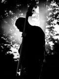 Mann spielt Kontra-bass Lizenzfreies Stockbild