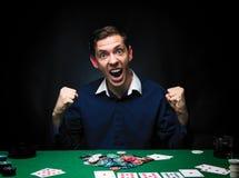 Mann spielt Poker Emotionaler Kartenspielergewinn im Spiel, Mann VE Lizenzfreie Stockfotos