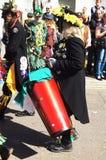 Mann spielt Trommel im Karneval Lizenzfreies Stockfoto