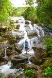 Mann spielt Yoga an Ngao-Wasserfall stockfotografie